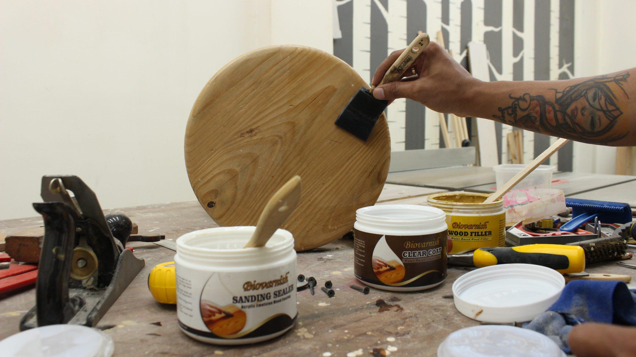 finishing kayu teknik kuas